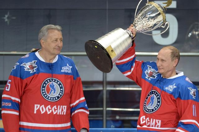 Президент РФ Владимир Путин после матча между сборной командой чемпионов Ночной хоккейной лиги (НХЛ) и сборной Правления и почетных гостей Ночной хоккейной лиги (НХЛ). Слева - президент НХЛ Александр Якушев.