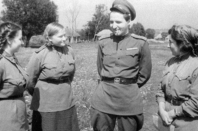 Корреспондент газеты «Красная звезда» Константин Симонов беседует с санитарками госпиталя. 1943 год