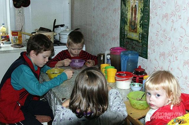 В маленькой кухне обедать приходится партиями