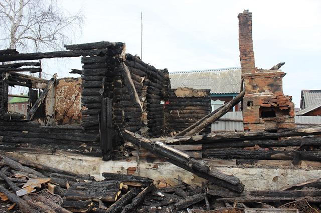 Все, что осталось от дома, где жила многодетная семья.