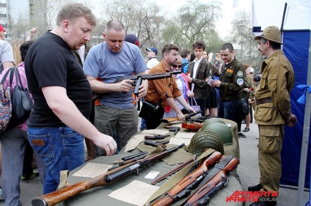 Выставка оружия в сквере.