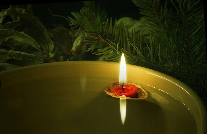 Свечи и украсят праздничный стол, и создадут романтическое настроение, и почтят память предков.