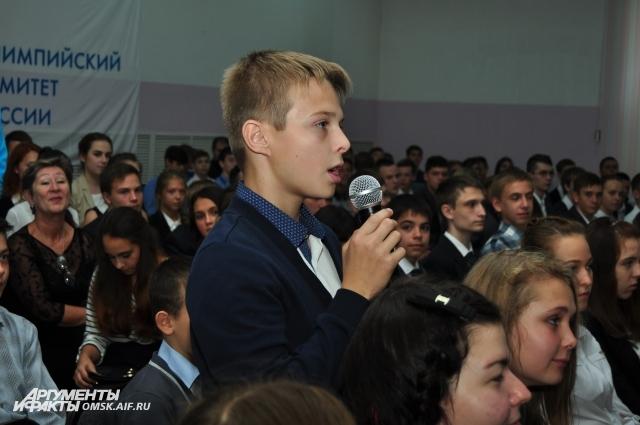 Школьники внимательно слушали известных спортсменов и задавали вопросы.
