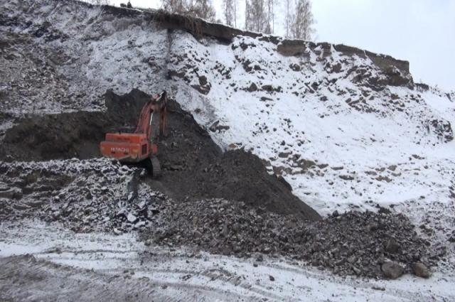 Горные работы и вывоз угля осуществлялись с помощью тяжелой техники.