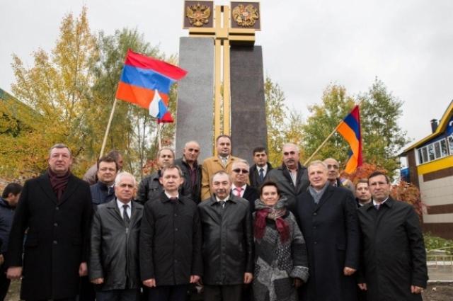 Памятник дружбы народов России и Армении в Сургуте. Автор: Володя Саргсян.