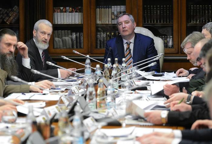 Дмитрий Рогозин (вцентре) вовремя заседания поподготовке кпроведению Чемпионата мира попрактической стрельбе изкарабина, Второй слева— президент ФПСР Виталий Крючин.