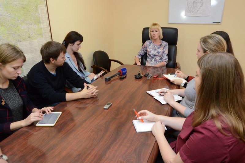 Елена Соколова рассказывает о ситуации в сфере ЖКХ региона на брифинге в областной администрации.