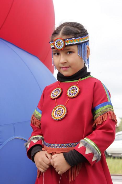 Девочка-эвенкийка в традиционной одежде.