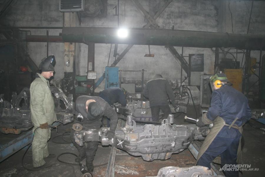 Заключённые ИК-13 обрабатывают сцепные рамы для УВЗ.