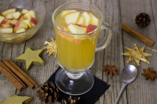 Возьмите яблоки и мед: получится очень вкусный напиток!