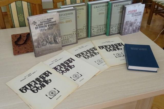 В дар омичам преподнесли издания Дома русского зарубежья.