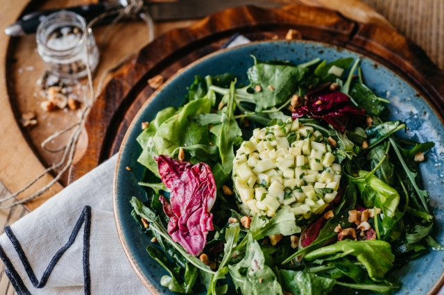 Зеленый салат с тартаром
