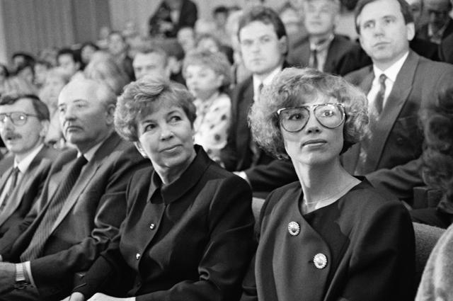 Ирина - дочь, Раиса - жена и Михаил Сергеевич (справа налево) – семья Горбачевых на вечере в Доме Композиторов в Москве. 1989 г.