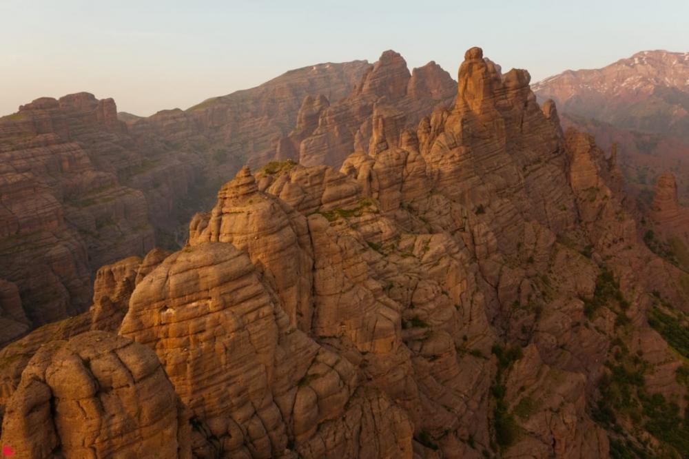 Часто, чтобы найти и сделать «тот самый кадр», приходится ехать далеко. Александр ЁжЪ Осипов в путешествии по странам Азии нашёл его в Таджикистане – горный комплекс Чилдухтарон.