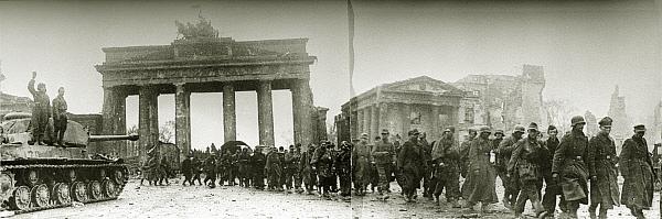 Побеждённые войска гитлеровских солдат идут у Бранденбургских ворот. Великая Отечественная война. 1945 год