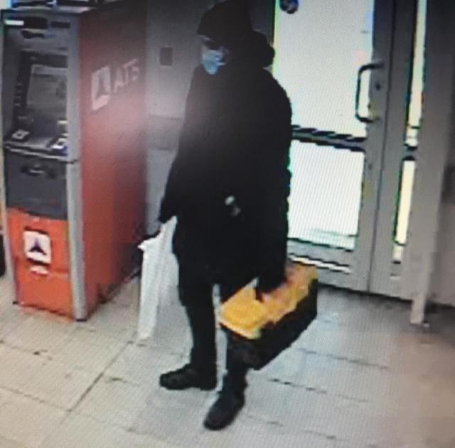 Из-за коронавируса сотрудники банка не придали особого значения тому, что лицо покупателя скрыто маской.