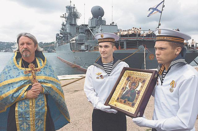 Лето 2014 г., Севастополь. После молебна на гвардейском ракетном крейсере Москва