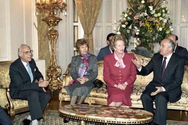 Генеральный секретарь ЦК КПСС М. С. Горбачёв с супругой Раисой Максимовной и премьер-министр Великобритании Маргарет Тэтчер. 1989 год