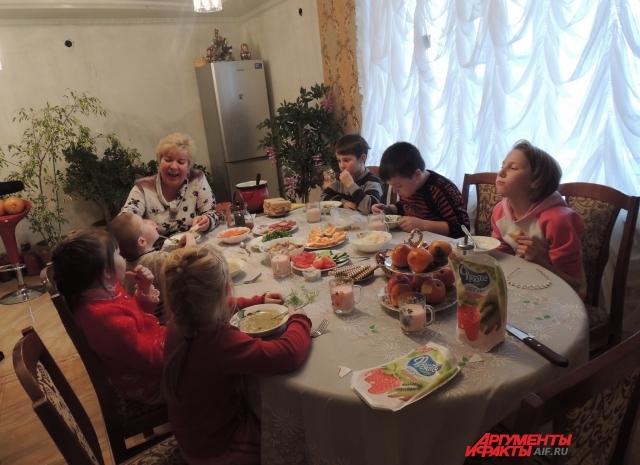 Дети обедают справа Петя, Влад и Женя, слева Вася, Василиса и Оля