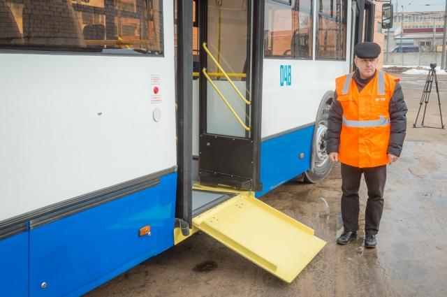 Главная особенность низкопольного транспорта - аппарель, которая помогает заезжать в него людям на инвалидных колясках.