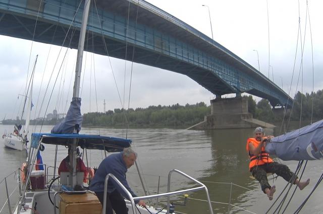 Прохождение эскадры Омских яхт под автомобильно-гужевым мостом, г. Павлодар, Экспедиция «Дорогами Бухольца».
