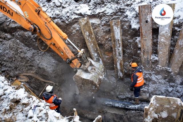 Специалисты проводят работы на сетях канализации.