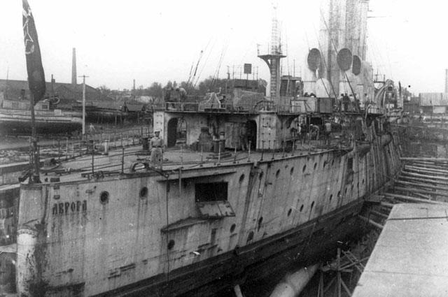 Крейсер «Аврора» на ремонте в Кронштадте.