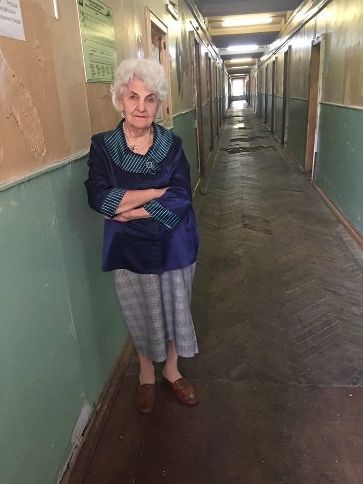 Жанна Петровна в коридоре гостиницы.