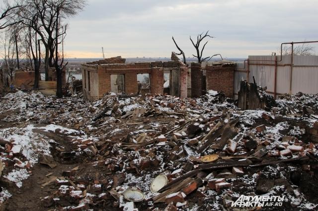 Территория пожара напоминает «лунный пейзаж», от некоторых домов уже ничего не осталось.