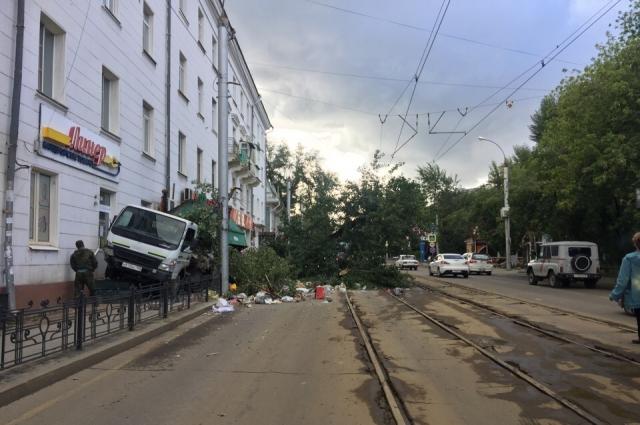 Водитель пытался уйти от столкновения с деревом, но не смог.