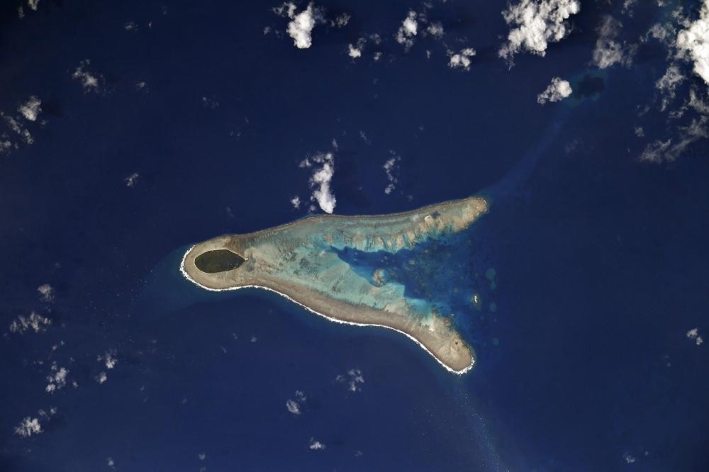 Остров в Тихом океане похож на огромное морское животное.
