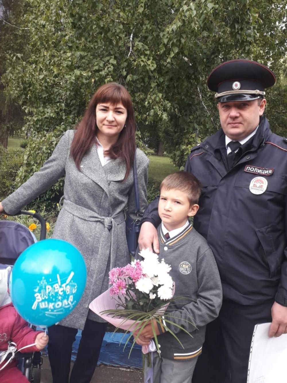 Полицейский с семьёй.