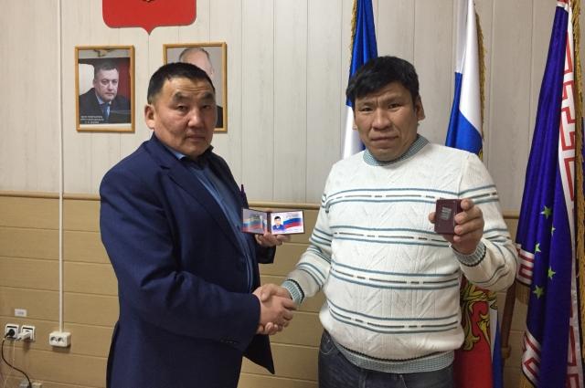 Мэр района лично вручил значок мастера спорта тренеру Александру Бадрянову.