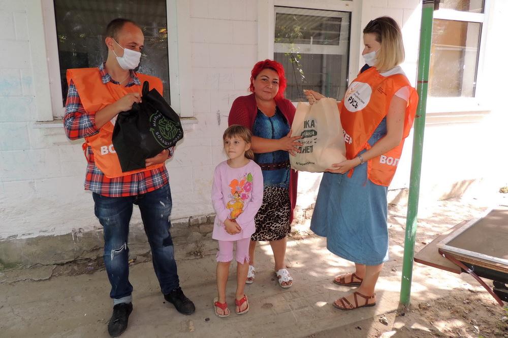 Вручение продовольственного набора многодетной матери Татьяне Коваленко.