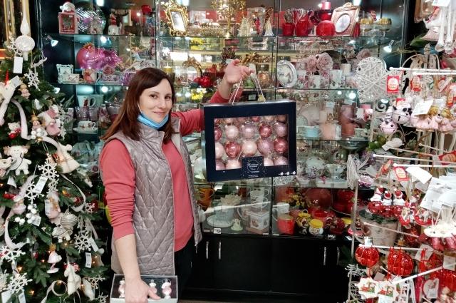 Магазины предлагают множество вариантов для украшения дома к Новому году.