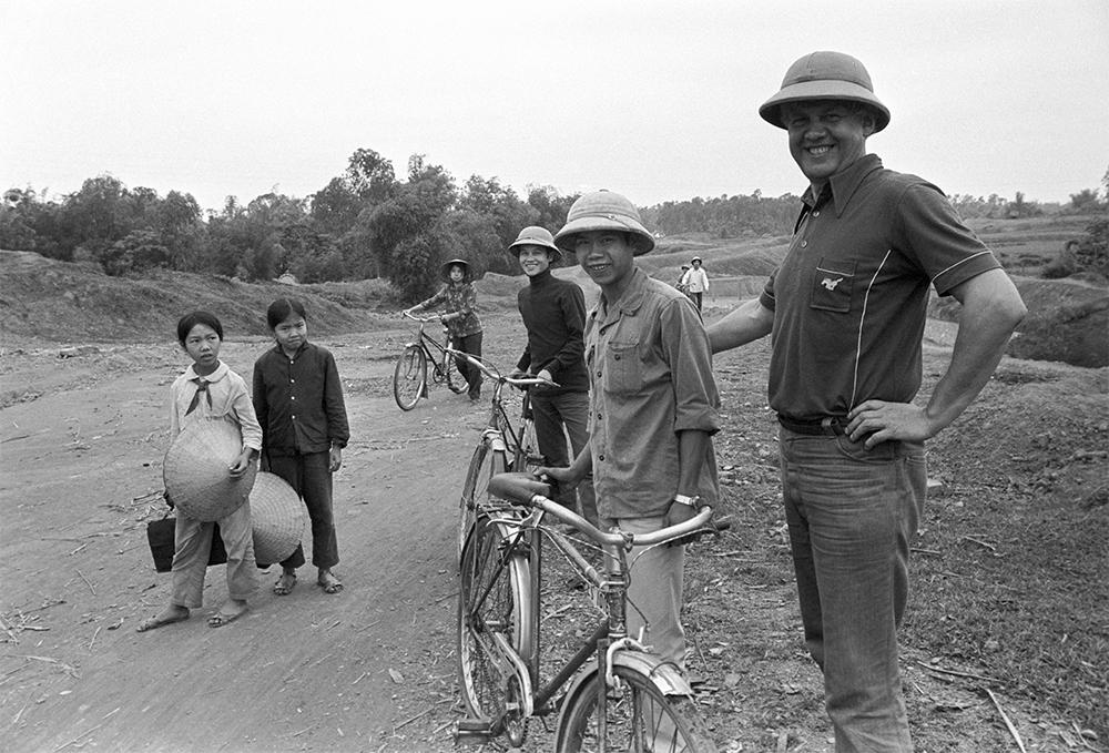 Корреспондент Гостелерадио, советский журналист-международник Александр Александрович Каверзнев во время командировки во Вьетнам. 1979 г.