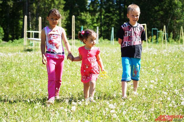 Дети после завтрака могут свободно гулять по территории лагеря