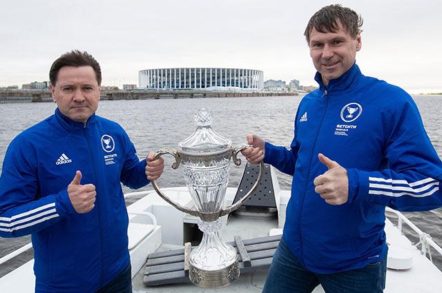 Дмитрий Аленичев (слева) может стать главным тренером ФК Нижний Новгород.