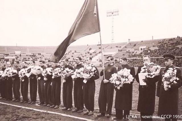 Церемония награждения золотыми медалями футболистов ЦДКА. 1950 год