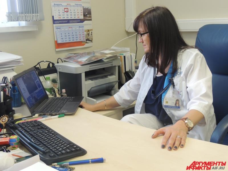 Вера Горбань подключается к роботу через свой ноутбук