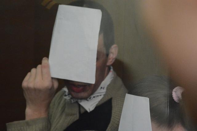 При журналистах подсудимые стеснялись открыть свои лица.