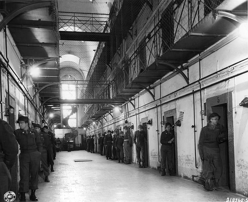 Внутренний зал тюрьмы. Круглые сутки охрана бдительно следила за поведением подсудимых в камерах.