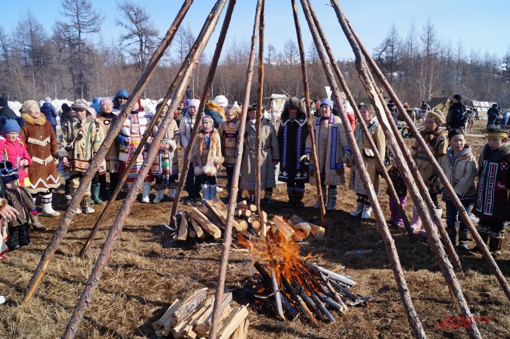 Эвены задабривают духа огня, разведя костёр внутри чума