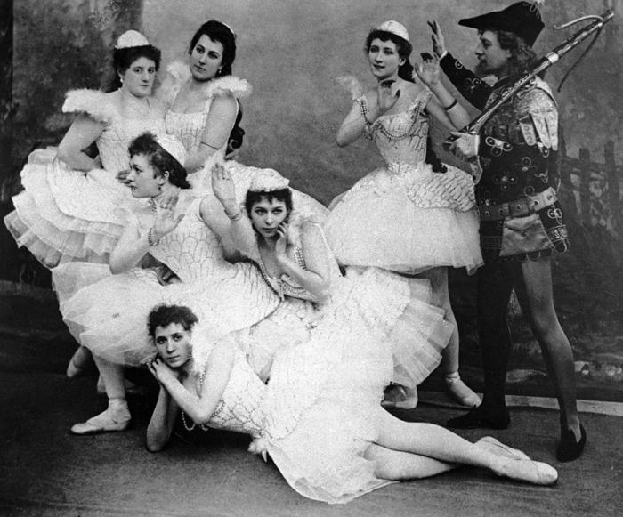 Сцена избалета П.И.Чайковского «Лебединое озеро» впостановке Мариинского театра. 1895 г.