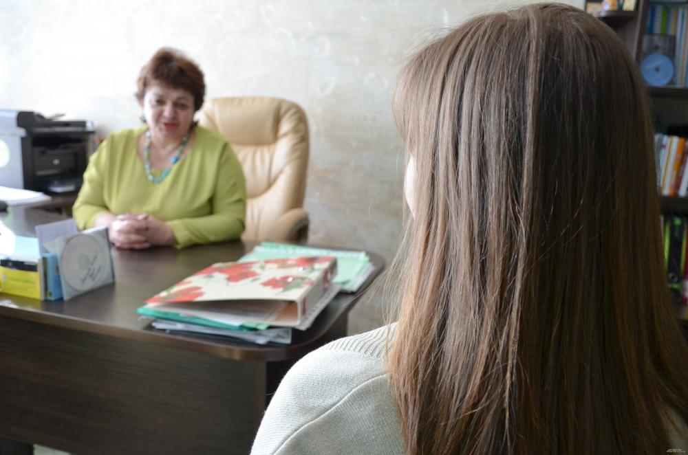 Лариса Владимировна начинает погружаться в мою историю. Где учусь? Где живу? А молодой человек? В каких отношениях с родителями? Как давно узнала о беременности?