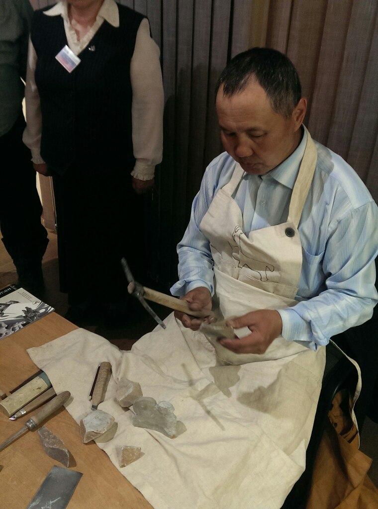 Мастер-камнерез показал гостям, как из камня создаются шедевры.