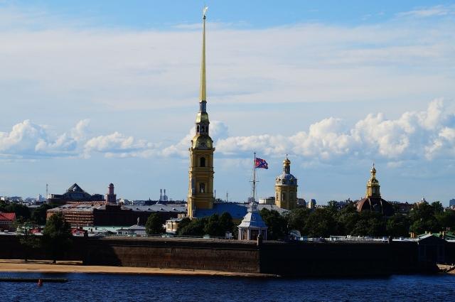Шпиль Петропавловского собора возвышается над Северной столицей.