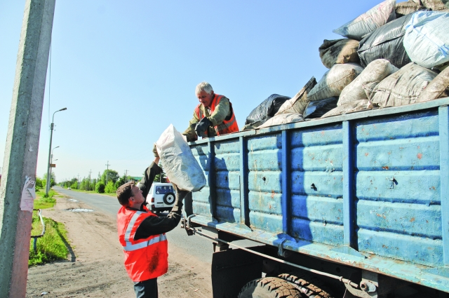 Рассортированные отходы вновь перемешивают в бункере машины.