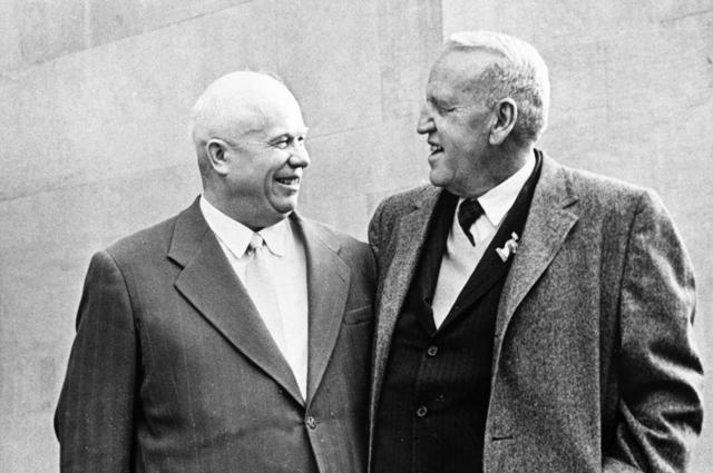 Никита Сергеевич Хрущев и американский фермер Росуэлл Гасрст (справа).