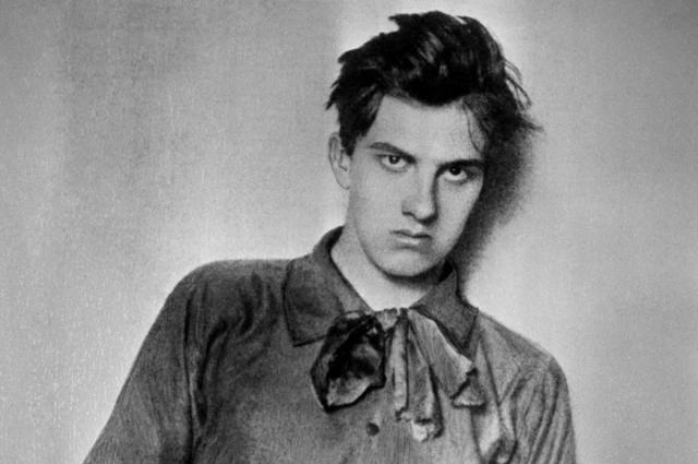 Вместо галстука молодой Маяковский носил бант.
